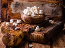 Ξύλινο σύνολο κύπελλων γλυκό popcorn στο ξύλινο εκλεκτής ποιότητας κύπελλο στον αγροτικό πίνακα κόκκινος τρύγος ύφους κρίνων απει Στοκ φωτογραφίες με δικαίωμα ελεύθερης χρήσης