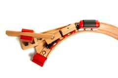 Ξύλινο τραίνο παιχνιδιών με τους γερανούς Στοκ φωτογραφία με δικαίωμα ελεύθερης χρήσης