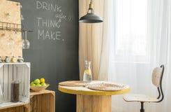 Ξύλινο τραπεζάκι σαλονιού στον καφέ eco Στοκ Εικόνες