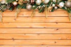Ξύλινο υπόβαθρο επιτροπής συνόρων γιρλαντών Χριστουγέννων στοκ εικόνες
