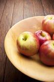 Ξύλινο υπόβαθρο κύπελλων της Apple Στοκ εικόνα με δικαίωμα ελεύθερης χρήσης
