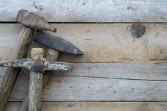 Ξύλινο υπόβαθρο με ένα σφυρί, εγχώρια βελτίωση Στοκ Φωτογραφίες