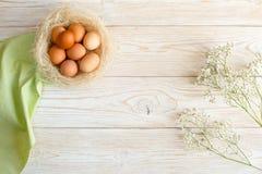 Ξύλινο υπόβαθρο με τα αυγά Στοκ Εικόνες