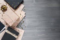 Ξύλινο υπόβαθρο με τη διακόσμηση Στοκ εικόνα με δικαίωμα ελεύθερης χρήσης