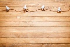 Ξύλινο υπόβαθρο με τις διακοσμήσεις Χριστουγέννων στοκ εικόνες