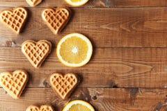 Ξύλινο υπόβαθρο με τις πορτοκαλιές φέτες στοκ εικόνες