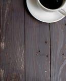 Ξύλινο υπόβαθρο με τον άσπρο καφέ Στοκ Εικόνες