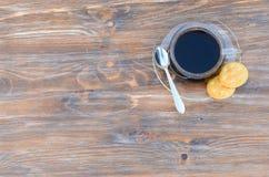 Ξύλινο υπόβαθρο με τον καφέ και τα μπισκότα Στοκ εικόνες με δικαίωμα ελεύθερης χρήσης
