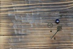 Ξύλινο υπόβαθρο με το κλειδί στοκ εικόνες με δικαίωμα ελεύθερης χρήσης