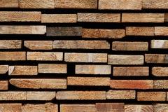 Ξύλινο υπόβαθρο σύστασης: Ακατέργαστες άκρες συσσωρευμένα Slats μαλακού ξύλου Στοκ εικόνες με δικαίωμα ελεύθερης χρήσης