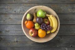 Ξύλινο υπόβαθρο φρούτων κύπελλων στοκ εικόνες