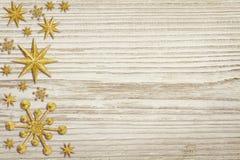 Ξύλινο υπόβαθρο Χριστουγέννων, διακόσμηση αστεριών χιονιού, άσπρο ξύλο Στοκ Φωτογραφίες