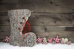 Ξύλινο υπόβαθρο Χριστουγέννων κόκκινος και γκρίζος με την μπότα santa Στοκ Εικόνες