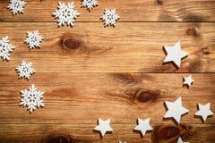 Ξύλινο υπόβαθρο Χριστουγέννων με άσπρα ξύλινα snowflakes και τα αστέρια Στοκ εικόνα με δικαίωμα ελεύθερης χρήσης