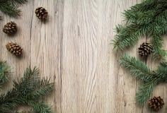 Ξύλινο υπόβαθρο Χριστουγέννων με τη φυσική διακόσμηση Επίπεδος βάλτε, τοπ άποψη Στοκ εικόνα με δικαίωμα ελεύθερης χρήσης