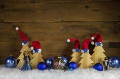 Ξύλινο υπόβαθρο Χριστουγέννων με το κόκκινο, άσπρο, καφετί και μπλε deco Στοκ εικόνες με δικαίωμα ελεύθερης χρήσης