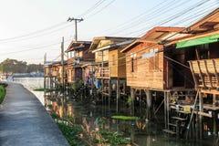 Ξύλινο χωριό σπιτιών κοντά στον ποταμό στοκ εικόνες με δικαίωμα ελεύθερης χρήσης