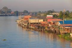 Ξύλινο χωριό σπιτιών κοντά στον ποταμό στοκ φωτογραφίες με δικαίωμα ελεύθερης χρήσης