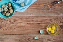 Ξύλινο backgrond με τα αυγά ορτυκιών Στοκ Φωτογραφίες