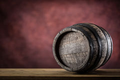 Ξύλινο barel παλαιός ξύλινος βυτίων Barel στο ρούμι ή το κονιάκ κονιάκ ουίσκυ αμπέλων μπύρας στοκ εικόνα με δικαίωμα ελεύθερης χρήσης