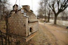 Ξύλινο birdhouse στο πάρκο Στοκ Εικόνες