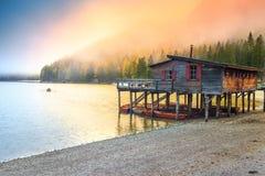 Ξύλινο boathouse με τις βάρκες στην αλπική λίμνη, δολομίτες, Ιταλία Στοκ φωτογραφία με δικαίωμα ελεύθερης χρήσης