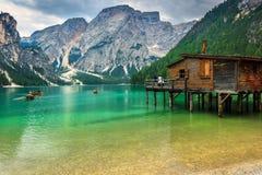 Ξύλινο boathouse στην αλπική λίμνη, δολομίτες, Ιταλία, Ευρώπη Στοκ Φωτογραφία