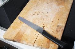 Ξύλινο breadboard με το μαχαίρι στοκ φωτογραφία με δικαίωμα ελεύθερης χρήσης
