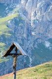 Ξύλινο crucifix σε ένα βουνό λιβαδιών Στοκ εικόνες με δικαίωμα ελεύθερης χρήσης