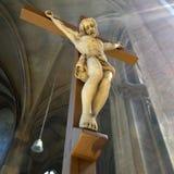 Ξύλινο crucifix Χριστού σε μια εκκλησία Στοκ Εικόνες