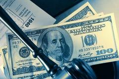 Ξύλινο gavel, φορολογική μορφή και δολάρια Στοκ Εικόνες