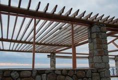 Ξύλινο gazebo στο υπόβαθρο θάλασσας Στοκ φωτογραφία με δικαίωμα ελεύθερης χρήσης