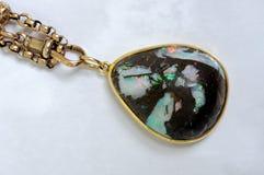 Ξύλινο opal κρεμαστό κόσμημα. Στοκ Εικόνα