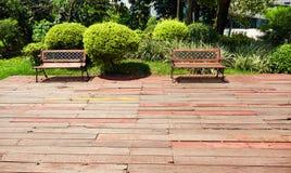 Ξύλινο patio κήπων, υπαίθρια ξύλινη γέφυρα Στοκ φωτογραφία με δικαίωμα ελεύθερης χρήσης