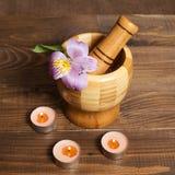 Ξύλινο pounder μπαμπού με τα κεριά Στοκ φωτογραφία με δικαίωμα ελεύθερης χρήσης
