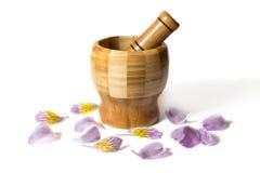 Ξύλινο pounder μπαμπού με τα λουλούδια Στοκ φωτογραφία με δικαίωμα ελεύθερης χρήσης