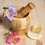 Ξύλινο pounder μπαμπού με τα λουλούδια Στοκ εικόνα με δικαίωμα ελεύθερης χρήσης