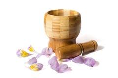 Ξύλινο pounder μπαμπού με τα λουλούδια Στοκ Φωτογραφία