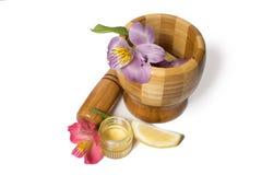Ξύλινο pounder μπαμπού με το μέλι και τα λουλούδια Στοκ Φωτογραφία