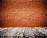 Ξύλινο tabletop σανίδων, με το άσπρο υπόβαθρο σύστασης τοίχων τούβλου defocus Στοκ Εικόνα