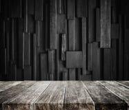 Ξύλινο tabletop σανίδων με το σκοτεινό ξύλινο υπόβαθρο Στοκ εικόνες με δικαίωμα ελεύθερης χρήσης