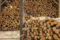 Ξύλο για τα καύσιμα και για τις εστίες στοκ φωτογραφία με δικαίωμα ελεύθερης χρήσης