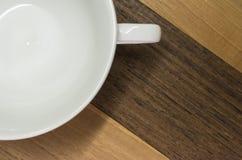 Ξύλο καρυδιάς, teak, επιφάνεια, άσπρο φλυτζάνι Στοκ εικόνες με δικαίωμα ελεύθερης χρήσης