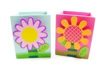 Ξύλο κιβωτίων χρώματος με τα χαριτωμένα λουλούδια στοκ φωτογραφίες με δικαίωμα ελεύθερης χρήσης