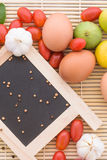 Ξύλο ντοματών αυγών τροφίμων υποβάθρου οργανικό Στοκ φωτογραφία με δικαίωμα ελεύθερης χρήσης
