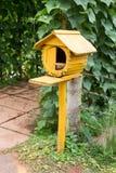 Ξύλο πουλιών φωλιών στον κήπο Στοκ Φωτογραφίες
