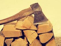 Ξύλο πυρκαγιάς με ένα παλαιό τσεκούρι Στοκ Φωτογραφία