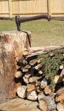 Ξύλο πυρών προσκόπων με το τσεκούρι στοκ φωτογραφίες με δικαίωμα ελεύθερης χρήσης