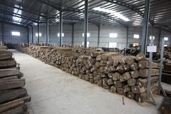Ξύλο στην αποθήκη εμπορευμάτων εργοστασίων στοκ φωτογραφίες με δικαίωμα ελεύθερης χρήσης