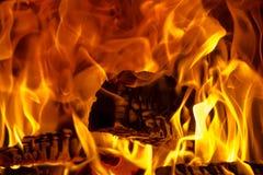 Ξύλο στη φωτεινή πορτοκαλιά πυρκαγιά στοκ εικόνα με δικαίωμα ελεύθερης χρήσης
